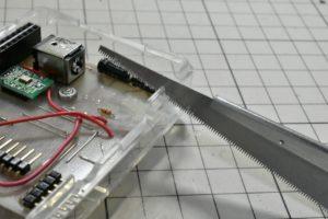 幅10mmほどの切り欠きを入れる作業