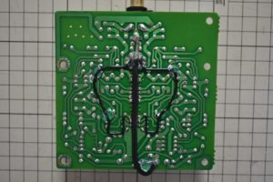 PHONOアンプ裏側配線をホットボンドで固定