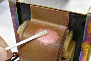 綿棒でシールド帯を磨く