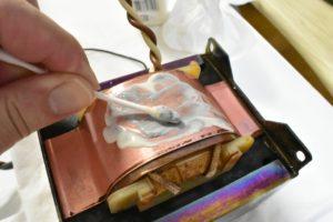 金属磨き剤でシールド帯を磨く