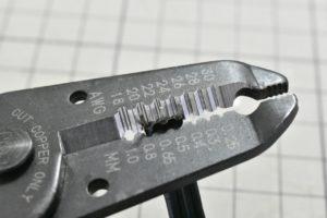 ワイヤストリッパーでフラットケーブルの被覆を剥く