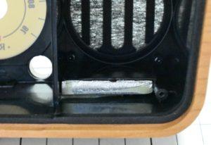 ラジオケース内下のオモリ